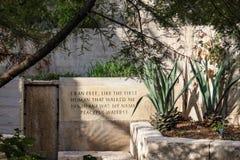 Vreedzame Wateren - Lopend en rustend gebied op de Riviergang met citaat op muur San Antonio Texas de V.S. 10 18 2012 stock afbeeldingen