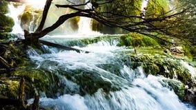 Vreedzame Waterval in Plitvice Nationalpark in Kroatië royalty-vrije stock fotografie