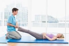 Vreedzame zwangere vrouw die een ontspannende massage krijgen royalty-vrije stock fotografie