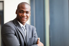 Vreedzame zwarte zakenman stock foto