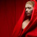 Vreemd gembermeisje in rode gerimpelde kaap royalty-vrije stock foto's