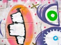 Vreemd, geschilderd gezicht op een achtergrond van het cementblok Stock Foto's