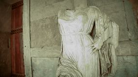 Vreemd standbeeld zonder hoofd van vrouw bij achtervolgd kasteel, zwart-witte verschrikkingsfilm stock video