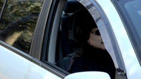 Vreemd vrouwelijk bleek gezicht binnen een witte auto stock videobeelden