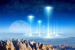 Vreemde aankomst op aarde, volle maanstijgingen boven de horizon royalty-vrije stock foto