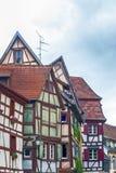 Vreemde half betimmerde huizen in de Elzas stock foto