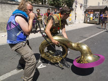Vreemde houding om de tuba te spelen Royalty-vrije Stock Foto