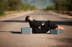 Vreemde inheemse mens in het midden van een weg Stock Afbeelding
