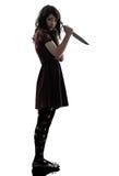 Vreemde jonge vrouwenmoordenaar die bloedig messensilhouet houden royalty-vrije stock afbeelding