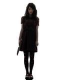 Vreemde jonge vrouwenmoordenaar die bloedig messensilhouet houdt stock afbeelding