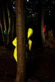 Vreemde kleurrijke mensen in het bos Stock Fotografie