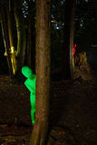 Vreemde kleurrijke mensen in het bos Stock Foto