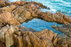 Vreemde overzeese steen in het duidelijke zoutwater stock afbeelding