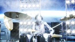 Vreemde rotspartij op ruimteschip overleg Gitaar, baarzen en trommelspel Aardeachtergrond Vreemd grappig concept Realistische 4k royalty-vrije illustratie