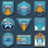 Vreemde ruimteschip, ruimtevaartuigen en geplaatst ufoemblemen Kosmisch schip in vormschotel voor vervoer Geplaatste de kentekens vector illustratie