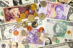 Vreemde valutaclose-up van geld Internationale munten stock fotografie