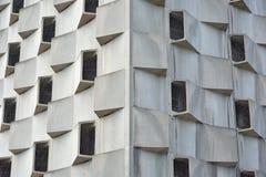 Vreemde vensters op een modern gebouw Stock Afbeelding