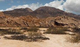 Vreemde vouwen in de rotsen van een waaierberg in Argentinië stock foto's