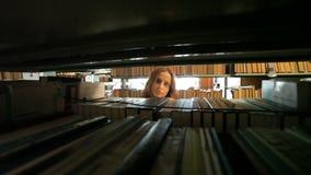 Vreemde vrouw met een kaars stock videobeelden