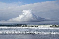 Vreemde wolk over golven Stock Foto's