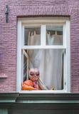 Vreemdeling bij venster het letten op royalty-vrije stock afbeeldingen