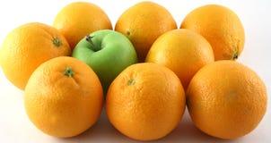Vreemdeling binnen sinaasappelen Stock Afbeeldingen