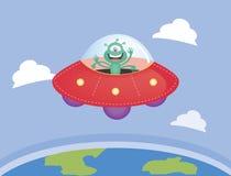 Vreemdeling en UFO die over de aarde vliegen Stock Foto's