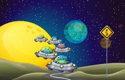 Vreemdelingen die UFO in de ruimte vliegen Stock Afbeelding