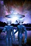Vreemdelingen en ufo Stock Fotografie