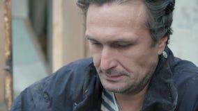 Vrees en twijfels Voorbereide misdadige handeling De moordenaar kreeg het geld en het mes Close-up van gezicht stock videobeelden