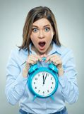 Vrees op gezicht van de wekker van de bedrijfsvrouwenholding stock fotografie
