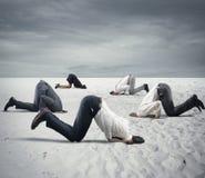 Vrees voor crisis met zakenlui zoals een struisvogel Royalty-vrije Stock Foto's
