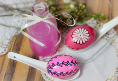 våren för picknicken för rosa Easteregg flaskförälskelse blommar den wood Arkivbilder