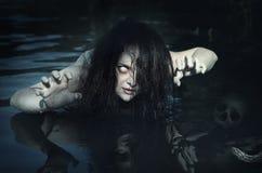 Vreselijke dode spookvrouw in het water Stock Foto's