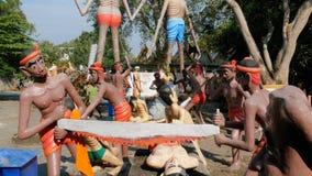 Vreselijke Standbeelden van hel die menselijke ondeugden in de tempel van Eden en Hel afschilderen thailand stock footage