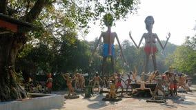 Vreselijke Standbeelden van hel die menselijke ondeugden in de tempel van Eden en Hel afschilderen thailand stock videobeelden