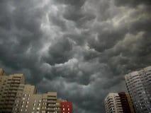 Vreselijke wolken over de stad stock footage