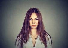 Vresig olycklig kvinna som ser kameran royaltyfri fotografi