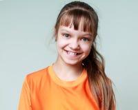 Vreugde, glimlach, emoties - portret van een glimlachend jong meisjeskind Royalty-vrije Stock Foto