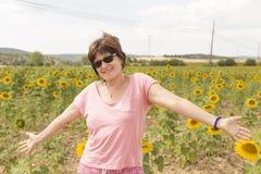 Vreugde onder zonnebloemen stock foto