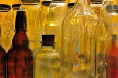Várias garrafas vazias Fotografia de Stock