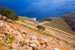 Vriden bergväg till den Seitan limaniastranden på Kreta Royaltyfri Fotografi