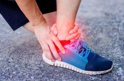 Vriden för löpare rörande smärtsam eller bruten ankel Olycka för idrottsman nenlöpareutbildning Stukar den rinnande ankeln för sp Arkivfoton