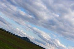 vriden molnig himmel med horisonten 45 grad Royaltyfri Foto