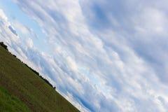 vriden molnig himmel med horisonten 45 grad Royaltyfri Fotografi