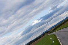 vriden molnig himmel med horisonten 45 grad Arkivbild