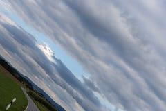 vriden molnig himmel med horisonten 45 grad Arkivfoto