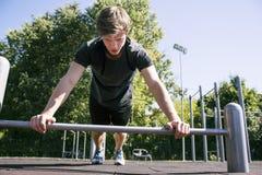 Vriden om trött idrottsman Royaltyfri Bild