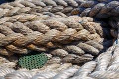 Vridet rep för skepp` som s ligger på däcket royaltyfria bilder