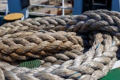 Vridet rep för skepp` som s ligger på däcket fotografering för bildbyråer